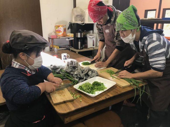無農薬野菜の切込み作業